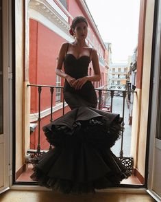 La imagen puede contener: una persona, calzado e interior Flamenco Wedding, Spanish Dress, Spanish Style, The Dress, Traditional Outfits, Pretty Dresses, Strapless Dress Formal, Ball Gowns, Evening Dresses