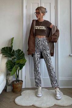 Foto: oliviabynature - Ideias de looks com cowgirl t-shirt. Confira inspirações de looks com a tendência com esta com calça de zebra, cowgirl t-shirt cropped e jaqueta marrom.