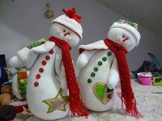 FELTRO MOLDES ARTESANATO EM GERAL: BONECOS DE NEVE CRÉDITOS NA FOTO Snowman Christmas Decorations, Felt Christmas Ornaments, Snowman Crafts, Christmas Snowman, Christmas Time, Christmas Crafts, Holiday Decor, Homemade Crafts, Diy Crafts