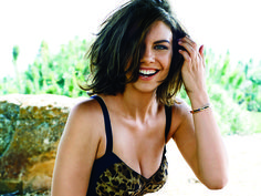 Lauren Cohan (born January is an American-born English best known for her role as Maggie Greene in The Walking Dead, and her recurring roles on The Vampire Diaries, Supernatural and Chuck. Lauren Cohan, Beautiful Celebrities, Beautiful Actresses, Gorgeous Women, Beautiful People, Gorgeous Hair, Glenn Y Maggie, Maggie Greene, Non Blondes