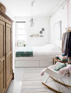 Vanhempien makuuhuoneessa on yksi huoneiston vanhoista sisäänkäynneistä. Sänky on Ikeasta. Alus-laatikoissa on kätevä säilyttää liinavaatteita. Sängyn päällä on Janinen ystävän, Outi Tammen maalaus. Vanha talonpoikaskaappi on saatu Janinen äidiltä. Charles & Ray Eamesin keinutuolin Janine sai 30-vuotislahjaksi ystäviltä.