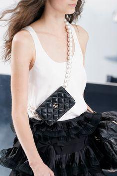 𝒞𝓁𝑜𝓉𝒽𝒾𝓃𝑔 / 𝐿𝒾𝒻𝑒𝓈𝓉𝓎𝓁𝑒 Dalle passerelle moda 2020 2021,  gli accessori di Chanel... Fashion 2020, New York Fashion, Fashion Trends, Fashion Bags, Fashion Fashion, High Fashion, Fashion Accessories, Dolce & Gabbana, Coco Chanel
