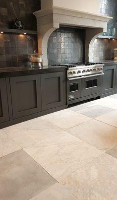 Kitchen Inspirations, Home Decor Kitchen, Kitchen Family Rooms, Kitchen Styling, Spanish Style Kitchen, Kitchen Design, Farm Kitchen, Black Kitchens, Kitchen Remodel