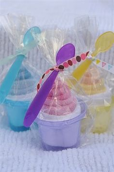 Baby Shower gift idea - cupcakes & sundaes made of baby washcloths
