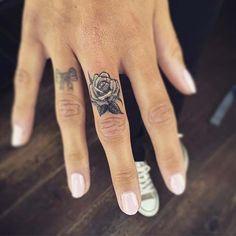 finger rose tattoo orta parmak gül dövmesi