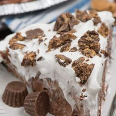 The PERFECT No Bake Chocolate Peanut Butter Pie recipe with only FOUR ingredients! This pie is to die for and everyone raved about it! Lemon Dessert Recipes, Easy Pie Recipes, Cream Pie Recipes, Cake Recipes, Chocolate Peanut Butter, Chocolate Chip Cookies, Basic Yellow Cake Recipe, Pudding Pies, No Bake Pies