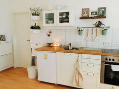 schöne küche mit laminatboden und großem fenster. wohnung in ... - Leipziger Küche