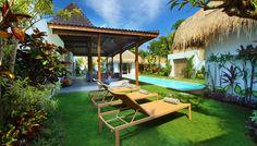 Villa 4 kamar disewakan di Bali. Anda bisa berjemur di sunbed setelah berenanng