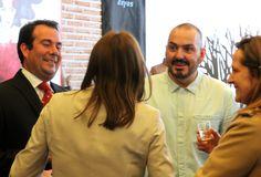 El diseñador Juan Duyos e Ivan Llanza, Director de Comunicación Corporativa de Osborne charlando en la presentación