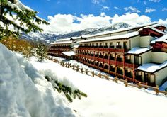 Buon Natale  e Felice Anno Nuovo Hotel Transylvania, Jacuzzi, Spa, Relax, Train, Mansions, House Styles, Outdoor, Bambi