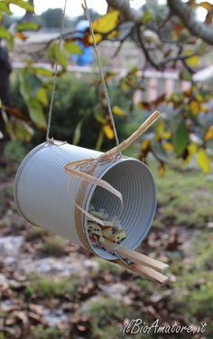 Un'altra idea per realizzare mangiatoie per uccelli in casa, anche questa molto semplice, più resistente e duratura dei rotoli di cartone e, secondo me, anche decorativa (se vi piace il genere). Costruiremo delle mangiatoie utilizzando le lattine dei pelati. Ecco cosa ci occorre: lattine pulite; uno spago; mollette di legno;…