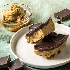 No Bake Keto Peanut Butter Chocolate Bars will satisfy all of your dessert cravings with almost none of the sugar. Low Carb, low sugar, high fat Peanut Butter Bars make a perfectly delicious keto dessert or fat bomb. Chocolate Low Carb, Peanut Butter Chocolate Bars, Keto Chocolate Cake, Melting Chocolate Chips, Chocolate Recipes, Chocolate Truffles, Vegan Chocolate, Dessert Simple, Keto Dessert Easy