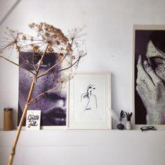 ACHTER DE SCHERMEN • een mooi detail uit de slaapkamer productie van stilist @cleoscheulderman voor in het vtwonen november nummer • #vtwonen #bedroom #black #white #photo #blackandwhite #styling #home #magazine #living #detail #woman #portrait