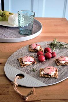 Met Fjord serveerplanken van ZakDesigns serveer je de lekkerste hapjes op de mooiste manier. De planken zijn gemaakt van melamine. Dit materiaal staat bekend om haar onbreekbaarheid en de mogelijkheid om krasvrij te blijven. Er zit ook een touwtje aan het bord zodat het je makkelijk gemaakt wordt om het goed op te bergen. Tapas, Serving Bowls, Panna Cotta, Table Decorations, Tableware, Fjord, Ethnic Recipes, Home Made, Greedy People