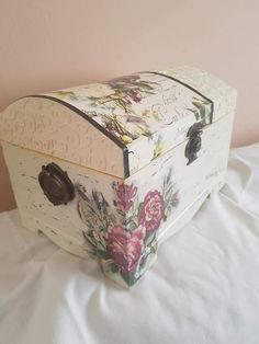 Napkin Decoupage, Decoupage Box, Decoupage Vintage, Paisley Art, Vintage Trunks, Altered Boxes, Card Box Wedding, Wood Boxes, Trinket Boxes