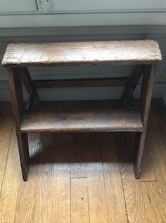 Petit escabeau marche pied de fabrication artisanale fabriqué dans les règles de l'art... A utiliser plutôt comme petit meuble d'appoint Un bel objet authentique, simple comme on les aime. L. 61 cm H. 50cm P. 48cm