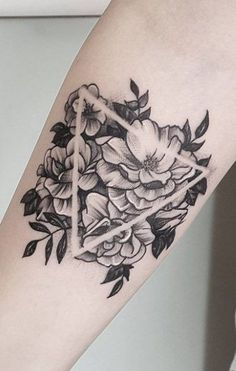 There are some tattoo trends that really catch people's attention due to their distinctive looks. Geometric tattoos can be considered one because they Detailliertes Tattoo, Form Tattoo, Tattoo Style, Shape Tattoo, Neue Tattoos, Body Art Tattoos, Small Tattoos, Sleeve Tattoos, Geometric Tattoo Pattern