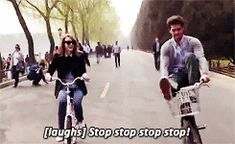 And then Andrew almost knocked Emma over because they are cute and perfect: | 26 Times Emma Stone And Andrew Garfield Spread Their Perfection All Over The World