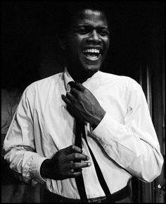 Un sonriente Sidney Poitier es fotografiado por Dennis Stock en 1961