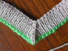 When knitting a V-neck sweater you need a neat finish for the neck ribbing. Of course, you could do it in two pieces which overlap, but fo. Poncho Knitting Patterns, Knitting Stiches, Mittens Pattern, Easy Knitting, Knit Patterns, Crochet Stitches, Knit Or Crochet, Lana, V Neck