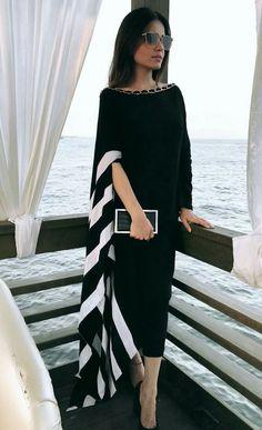 Her earrings set the style: Glass Window - White Biawa Pearl Earrings Abaya Fashion, Muslim Fashion, Women's Fashion Dresses, Fashion Fashion, Stylish Dresses, Elegant Dresses, Casual Dresses, Dresses Dresses, Evening Dresses