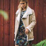 Comment porter la veste aviateur en peau lainée tendance cet hiver ? Le bon look avec un jean et des baskets | Taaora – Blog Mode, Tendances, Looks