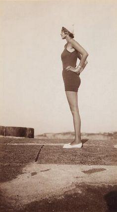 Jacques Henri-Lartigue - Renée Perle à la plage au Pays Basque, 1930