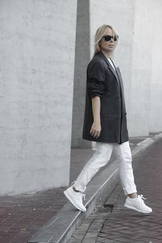 Nos encanta este look de esta it-girl. Apuesta por las Rebook Classics un modelo que no dejará de ser tendencia nunca.  #moda #look #Reebok #Classics #blancas #outfit #mujer