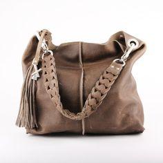 """Schoudertas met keykord franje en """"handmade"""" gevlochten schouderband. Naden zijn naar buiten gewerkt, een stoer item. Een stoere tas met stijl en voorzien van veel opbergruimte."""
