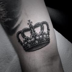 Noble Crown Tattoo Designs – Treat Yourself Like Royalty Royalty Tattoo, Coroa Tattoo, Royalty Check, Queen Chess Piece, Meaningful Tattoo Quotes, Crown Tattoo Design, Tattoo Designs, Geniale Tattoos, Couple Tattoos