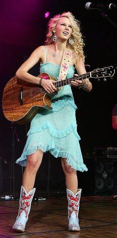 ¿Ves esas botas personalizadas? Seguro ya las quemó. | 18 Cosas que Taylor Swift hizo en el pasado y no repetirá jamás