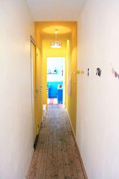 """pour égayer un long couloir trop sombre : créer une """"boite"""" de couleur (qui coupe une porte en deux, c'est chouette !)"""