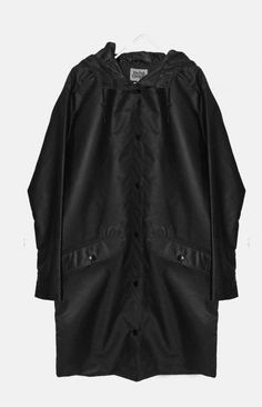 ALORA from Twist&Tango is a long waterproof raincoat. It features two front pockets with pocket flap and a hood.