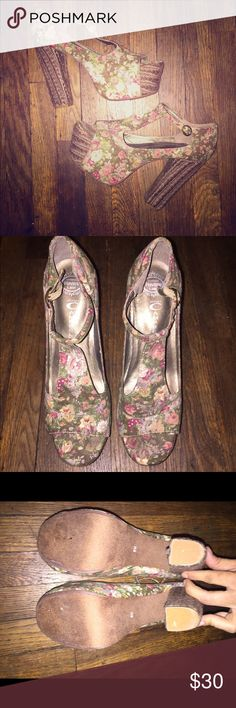 Jeffrey Campbell Floral Print Platform Heels 8 • Jeffrey Campbell Foxy Fab Floral Platforms in size 8.  • Platforms feature a t-strap silhouette, woven heels, an all over floral print, and a suede bottom sole.  • Gently used and pre-owned, platforms do show signs of wear. Bottom sole does have wear, left platform along the toe box is slightly lifted but can be fixed, also has a minimal sign of wear along the inner sole along the toe box.   Feel free to ask questions! Please take a look at…