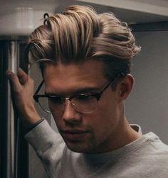 capelli-uomo-medio-lunghi-stile-hipster-biondi-lisci-occhiali-vista-montatura-classica