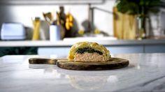 Receita com instruções em vídeo: Uma receita de salmão Wellington deliciosa e perfeita para agradar a família inteira. Ingredientes: 2 colheres de sopa de manteiga, 1 cebola picada, 1 dente de alho picado, folhas de 1 maço de espinafre, sal a gosto, noz moscada a gosto, 1 pacote de massa folhada, 300g de filé de salmão, pimenta do reino branca, 1 gema para pincelar