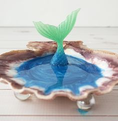 Make your own DIY Mermaid Jewelry Dish made of resin to display your favorite pieces of jewelry and hang your rings on the mermaid's tail! Diy Resin Art, Epoxy Resin Art, Diy Resin Crafts, Sea Crafts, Uv Resin, Seashell Crafts, Resin Jewelry Making, Jewelry Dish, Resin Jewellery