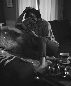 The Reader's Nest Book Aesthetic, Aesthetic Photo, Groucho Marx, Book People, Woman Reading, Poses, Photo Instagram, Looks Style, Book Photography