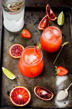 Rum punch aux fraises et orange sanguine / Strawberry blood orange rum punch Refreshing Summer Cocktails, Summer Drinks, Bojon Gourmet, Orange Sanguine, Gula, Think Food, Food Styling, Cheers, Food Photography