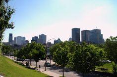 Montréal vue du mat olympique / Montréal est divisé en 19 arrondissements présentant chacun leurs particularités propres. La région de Montréal représente 24,3 % de la population du Québec en 2007 (1 871 846 habitants).