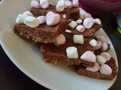 Slimming Slimming Rocky Roads are a classic, and such a rich food is typically made with the high quantities of rich ingredients such as butter and sugar. Rocky Road bars from the local cafe. Slimming World Deserts, Slimming World Puddings, Slimming World Recipes Syn Free, Slimming World Syns, Slimming World Taster Ideas, Slimming World Cheesecake, Slimming Word, Rocky Road Bars, Low Syn Cakes