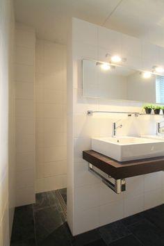 Woning te koop uitgelicht: Steurstraat 7A te Assen 1e verdieping: 2 slaapkamers van resp. 15 en 18 m² , een inloop-kledingkast van 4 m², mooie badkamer met design-inrichting voorzien van bad, douchehoek, toilet en dubbele wastafel. http://www.funda.nl/koop/assen/huis-48422013-steurstraat-7-a/