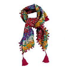 sciarpa composta dal 60% seta e 40% cotone a fantasia floreale. Lungo il bordo è arricchita di pon pon e nappe. Made in India. Dimensioni: Lunghezza 100 cm, Larghezza 100 cm