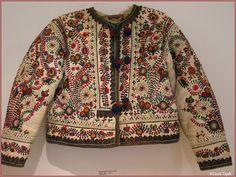 Dedina: Očová Popis: Zensky kozuch z Ocovej alebo Hrochoti. Nosili sa take iste v tychto dvoch obciach. Kozuch je pre mladsiu zenu - vysivany bavlnkami, su pouzite pestre farby farby. Heart Of Europe, Sweet Lady, Ethnic Outfits, Folk Embroidery, Folk Costume, My Heritage, Winter Wear, Traditional Outfits, Men Sweater