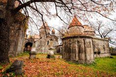 🌍 Монастырь Санаин (село Санаин, город Алаверди)  Монастырь Санаин – одна из самых труднодоступных красот Армении. Ведь чтобы попасть сюда, придется преодолеть около двух километров пешком.  Местонахождение монастыря было выбрано преднамеренно. Здесь скрывались монахи, желающие избежать немилости византийского правителя Романа Лакапина. Возведенный в X веке, монастырь позже был не только местом проживания богослужителей, но и являлся школой, академией. Тут преподавали известные в средние…