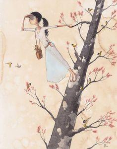 Mujer subida a un árbol mirando a lo lejos