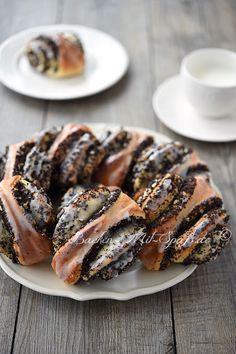 Die Mohnschnecken sind aus Hefeteig gebacken. Der Hefeteig wird zunächst ausgerollt, mit Mohnmasse bestrichen, aufgerollt und in Scheiben geschnitten. Dann...