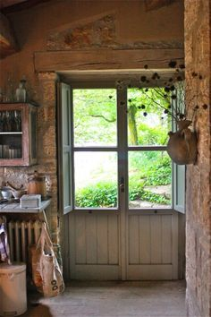 the perfect back door, love the vintage look ...