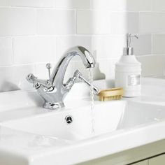 The Old London Victorian mono basin mixer will create a look that will stand the test of time