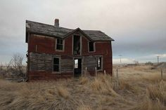 abandoned houses in south dakota - - Yahoo Image Search Results Old Abandoned Buildings, Old Buildings, Abandoned Places, Abandoned Castles, Old Houses, Farm Houses, Farm Photo, Old Farm, Haunted Mansion